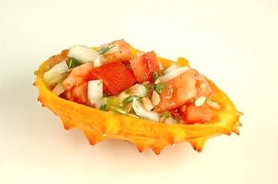 Slupka kiwana použitá jako nádoba na salát